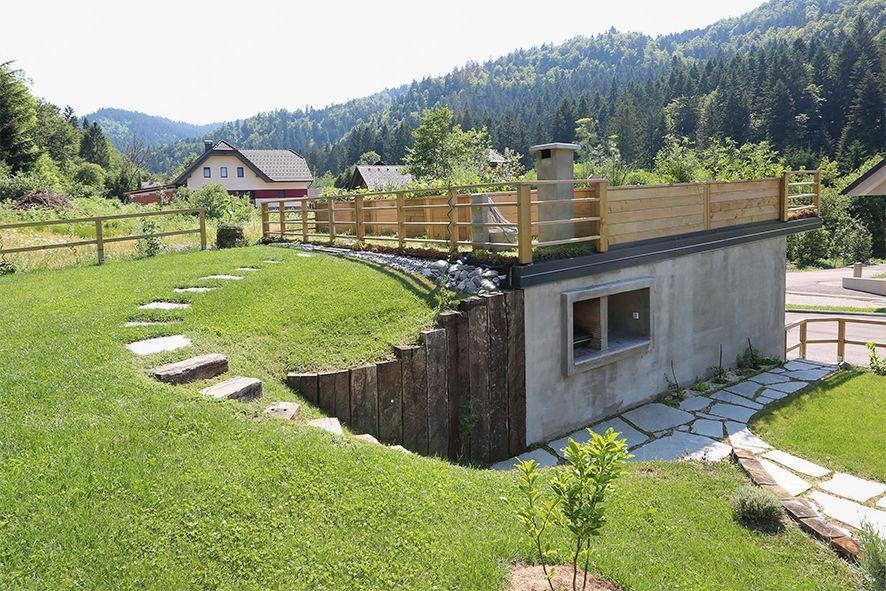 Pozneje: vkopani večnamenski objekt s štirimi funkcijami: lopa, garaža, zelenjavni vrt in kuhinjska niša.
