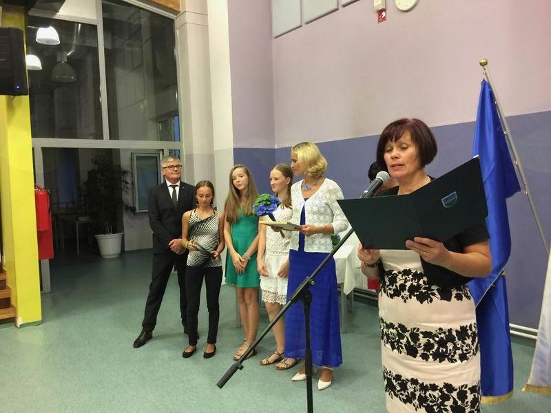 Tina Vahčič prejema priznanje v imenu pevske skupine Desetinke