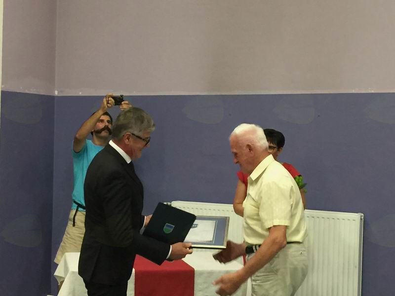 Častni občan Frančišek Marijan Drašler prejema priznanje iz rok župana Bojana Čebele