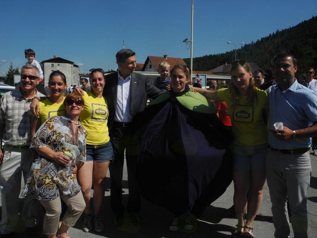 Skupinska slika veleposlanika in predsednika Republike z Borovničko