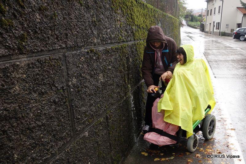Veselje v jesenskem dežju