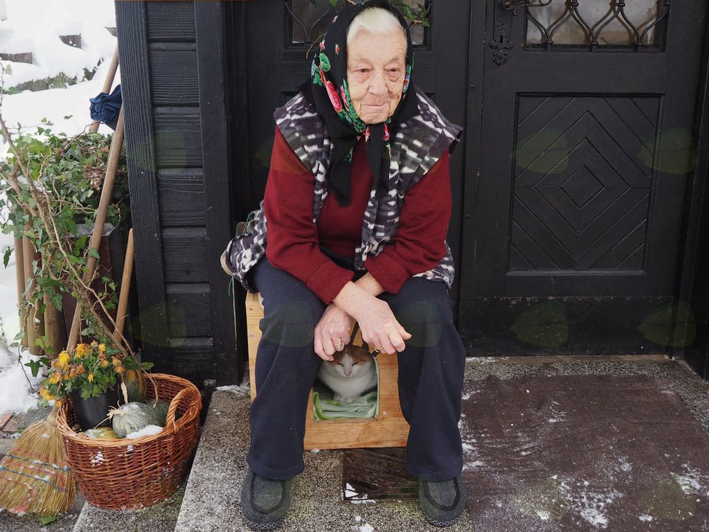 Okoli 95 letna mama z mačkom