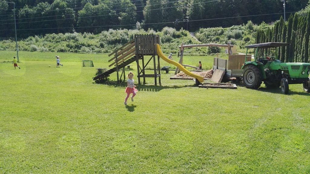 Veseli otroci čakajo prenovitev igral in okolice