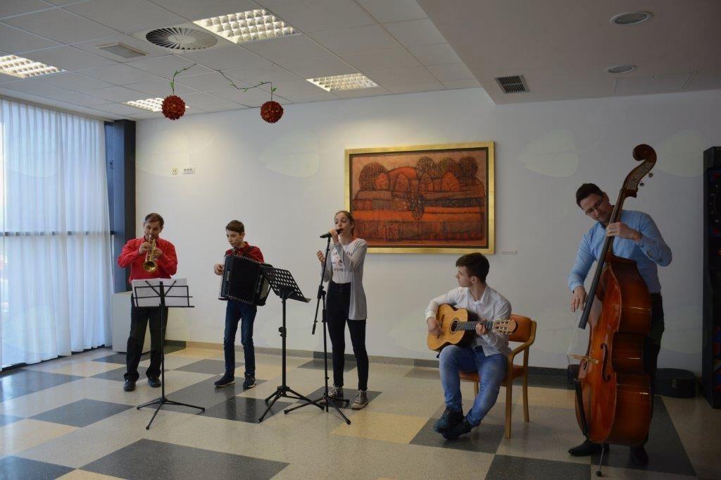 Koncert ob materinskem dnevu v Domu Hmelina