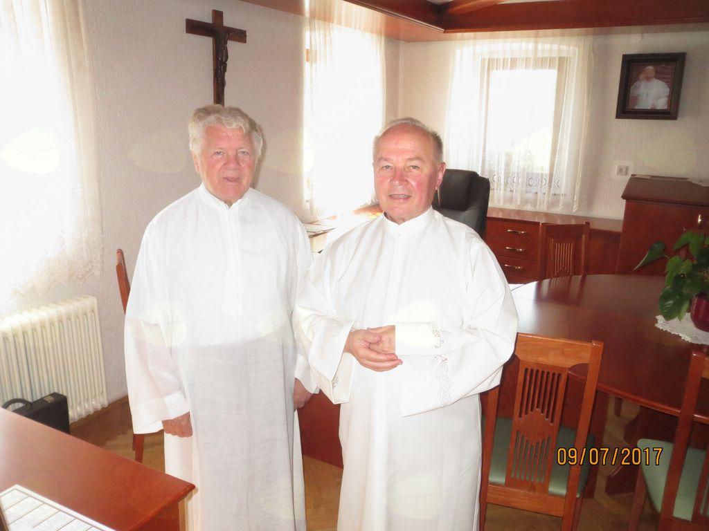 Profesorja Rafko Valenčič in Marijan Peklaj se pripravljata na slovesnost