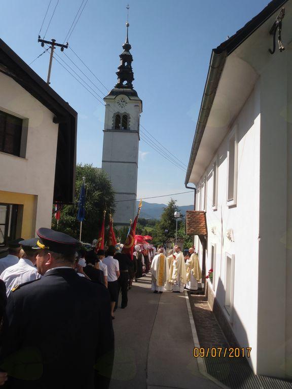 Prihod duhovnikov in ministrantov iz župnišča
