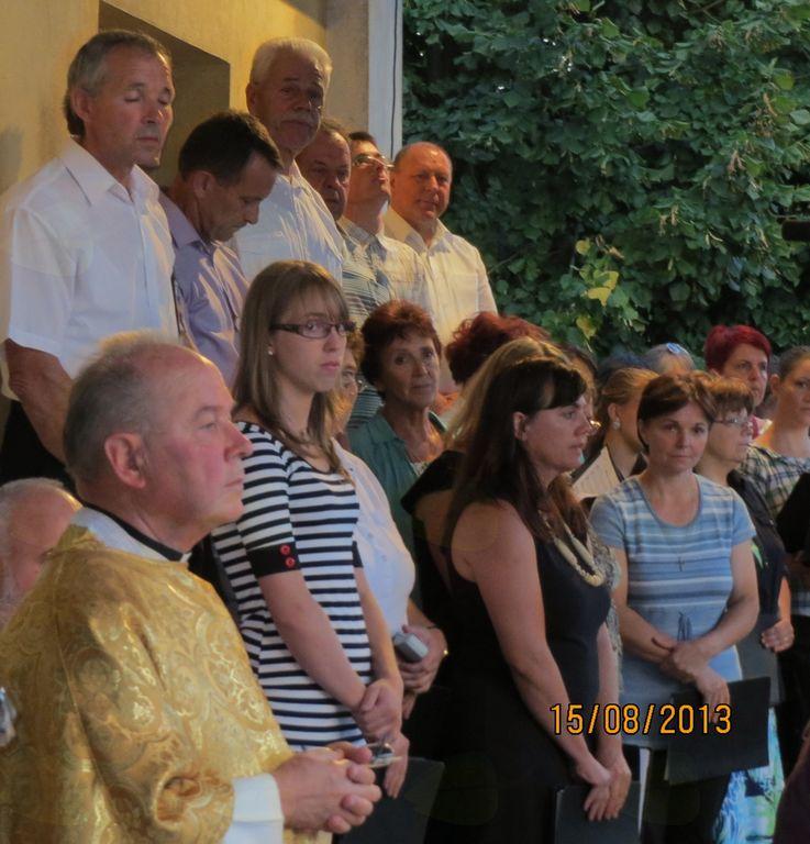 Zlatomašnik Marijan Peklaj med domačimi pevci in pevkami