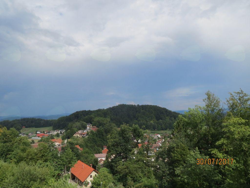 Pogled z zvonika na vas Vnanje Gorice in Veliki vrh.