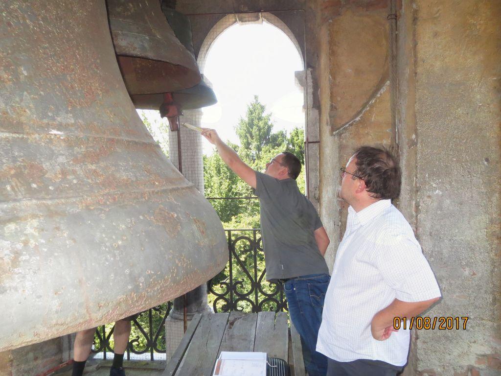 Ogled zvonika in zvonov. Mali zvon je odlit tako, da ne utreza možnim novim kombinacijam.