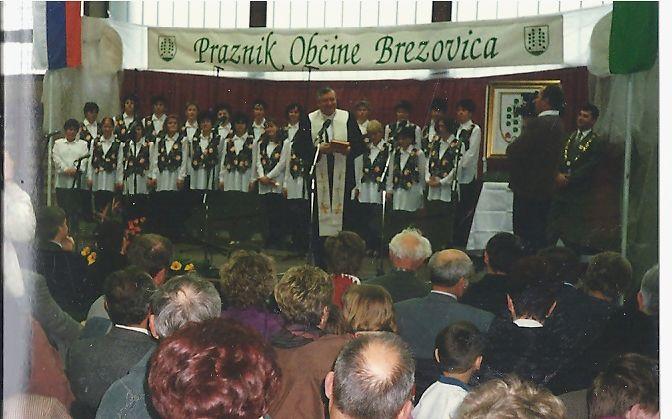 Nadškof g. Uran v družbi pevk iz KUD Brezovica, blagoslavlja grb in zastavo in občino.