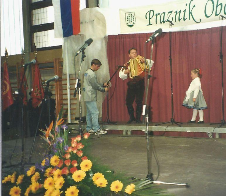 Ansambel Mi2 z malo pevko Julijo Urbančič iz Brezovice.