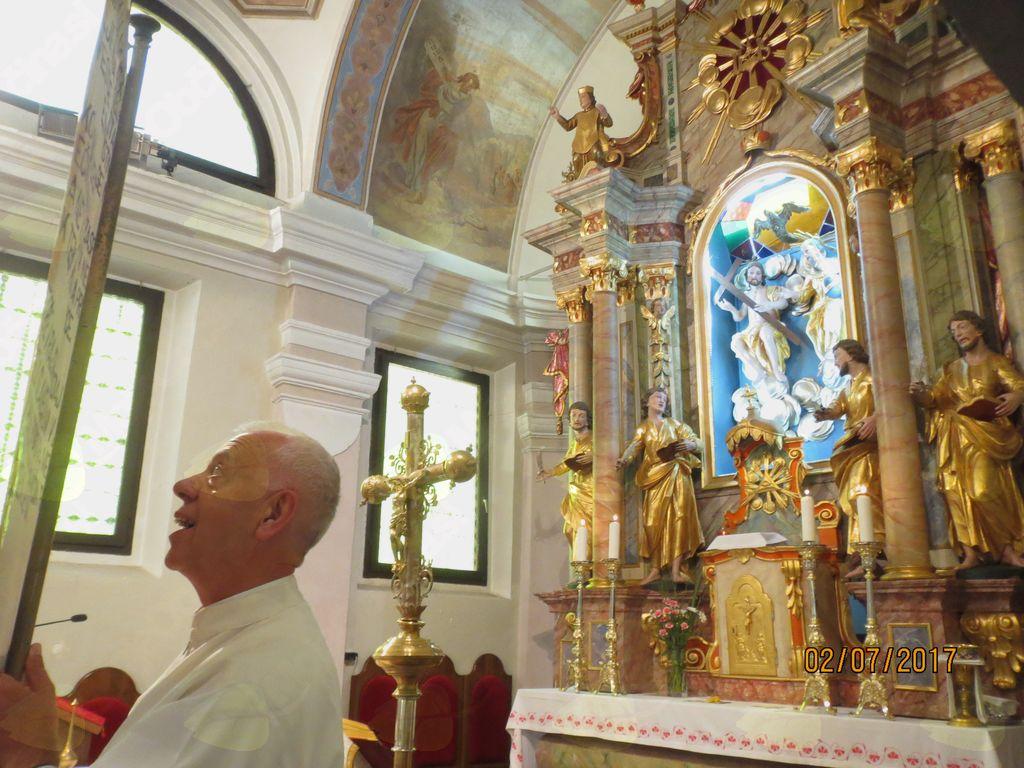 G. Miro drži na koncu svete maše plakat s pesminjo.