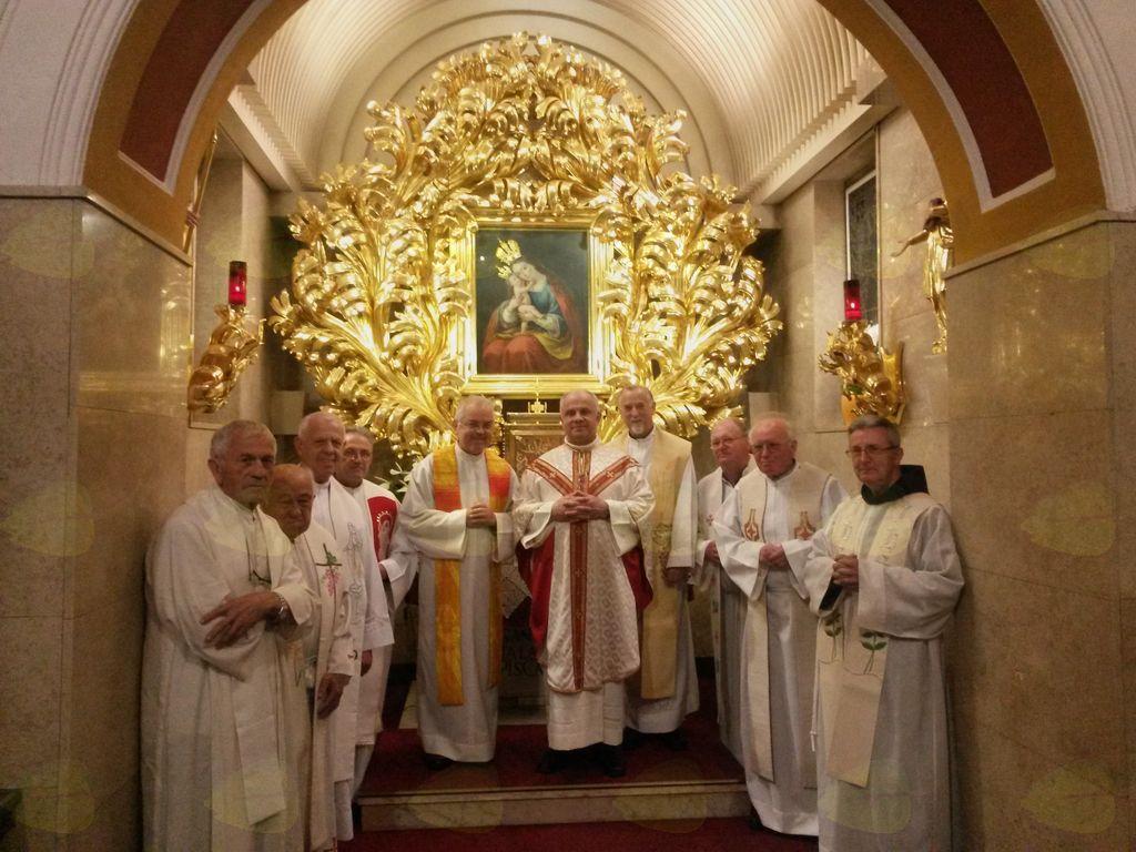 S sošolci Ljubljanske nadškofije, posvečeni leta 1975, pri Mariji Pomagaj na Brezjah.