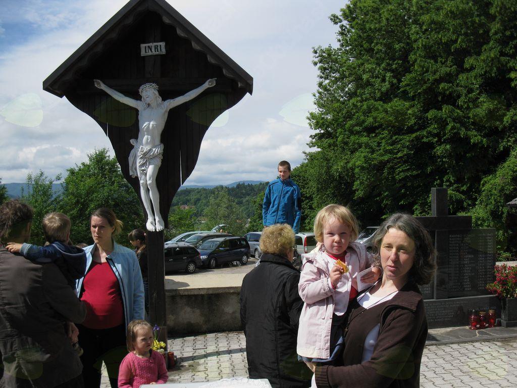 Križ pri cerkvi.