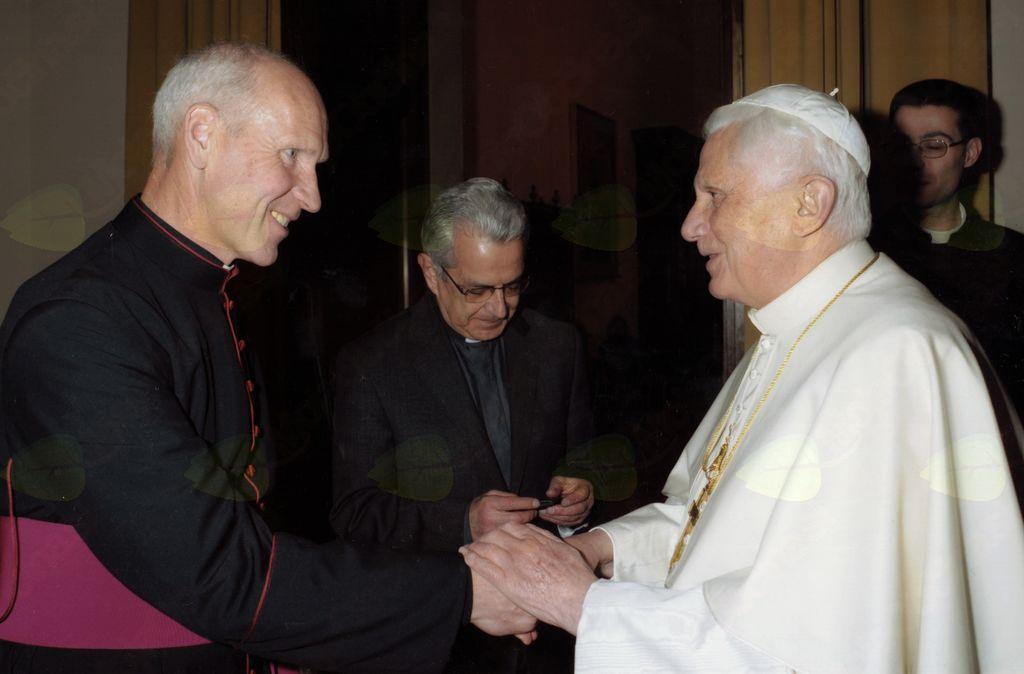 Gospod Štrukelj pri sedaj zaslužnem papežu Benediktu.