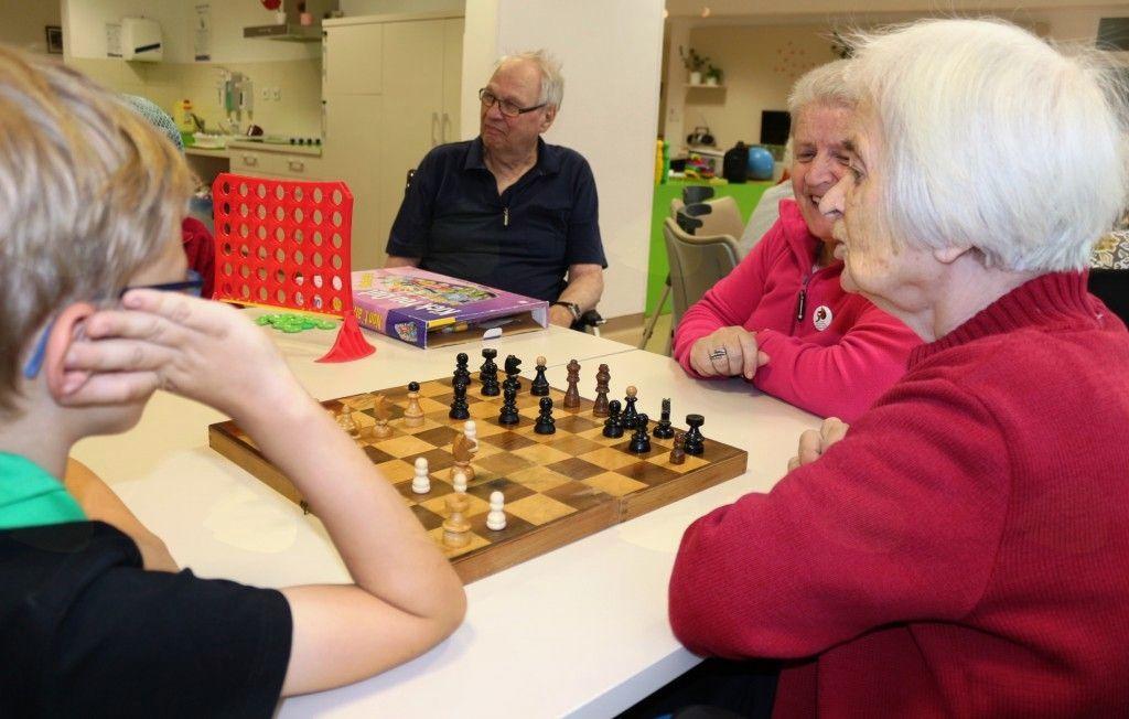 V Centru starejših Notranje Gorice, so se Grajski zamorci hitro vklopili v družabne igre..