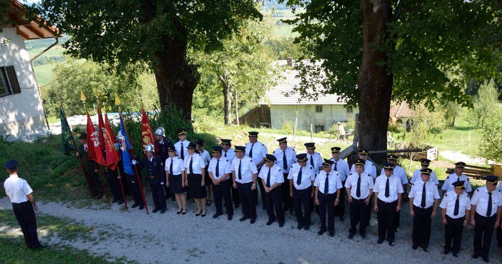 Srečanje društev v uniformah in s prapori na Žalostni Gori