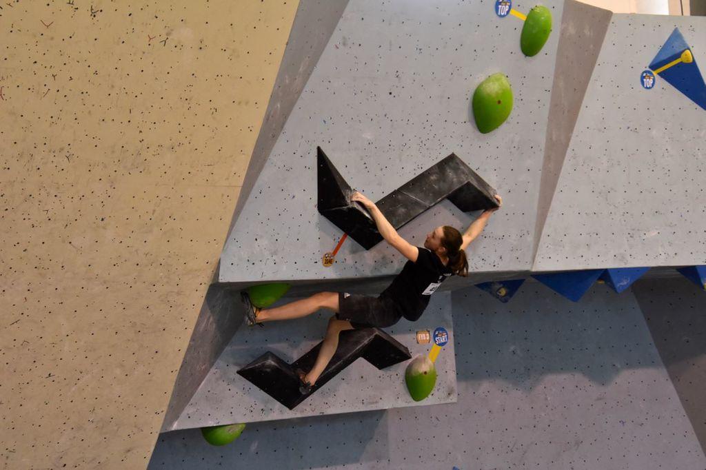 Eva Puhar na stopničkah druge tekme Evropskega mladinskega pokala v športnem plezanju