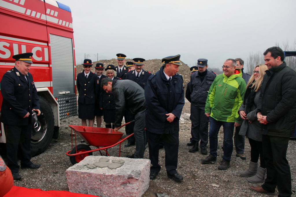 FOTOREPORTAŽA: Gasilci iz Notranjih Goric začenjajo z gradnjo novega gasilskega doma