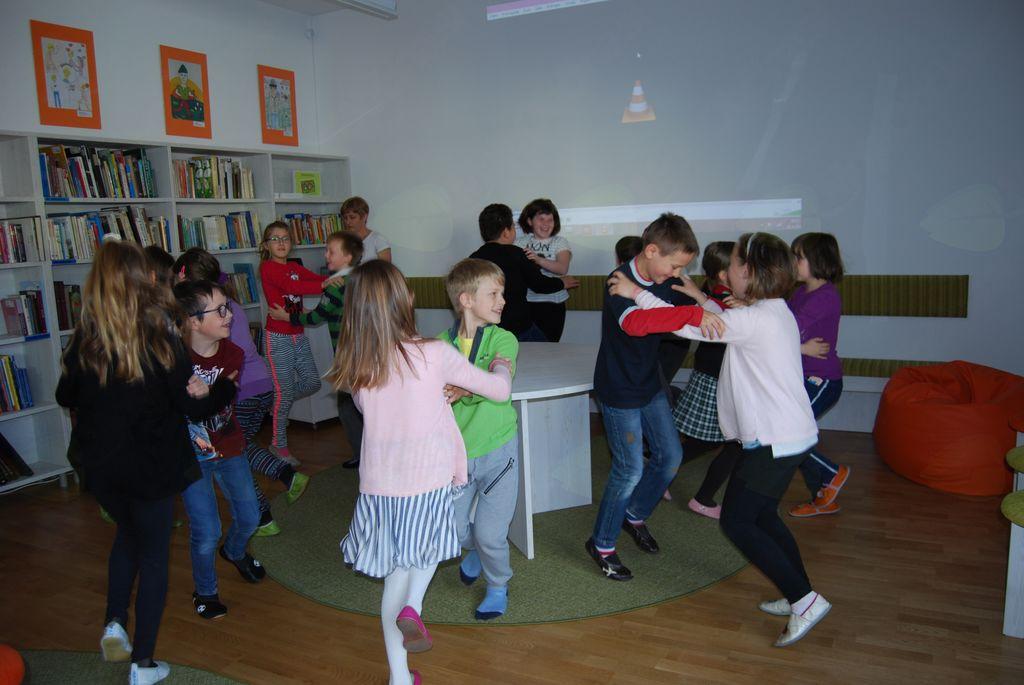 Plesali so tretješolci.