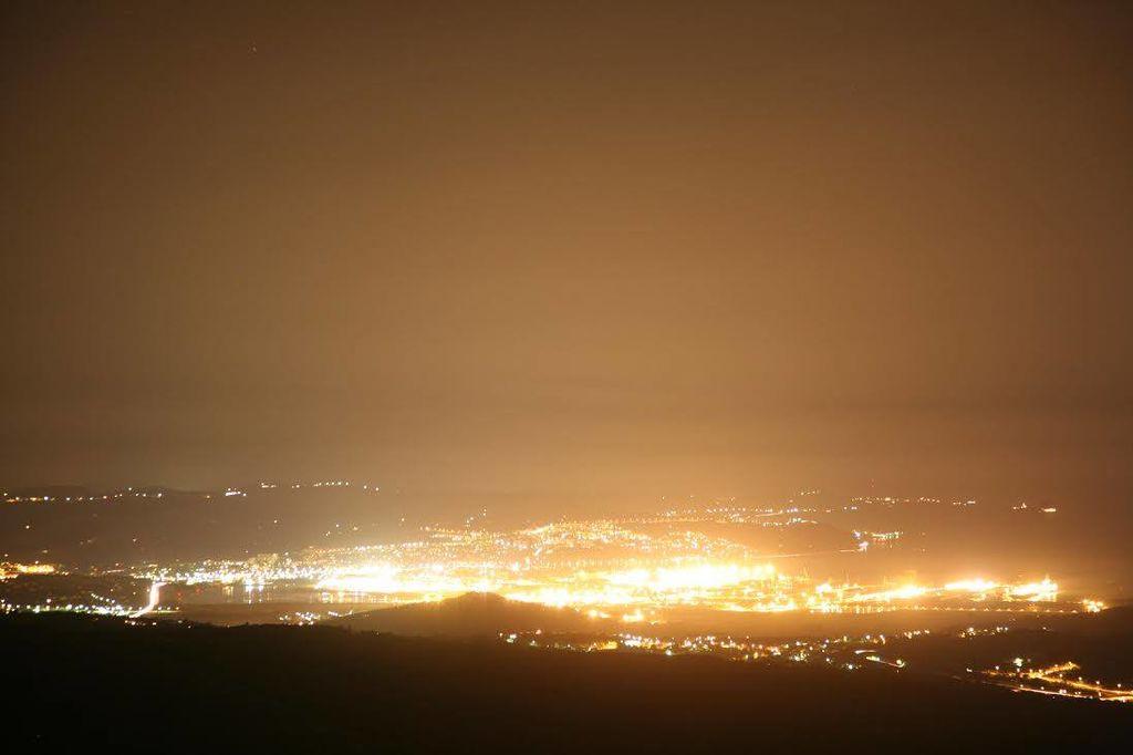 Slika svetlobnega onesnaženja v Sloveniji: luka Koper je verjetno največji slovenski svetlobni onesnaževalec.