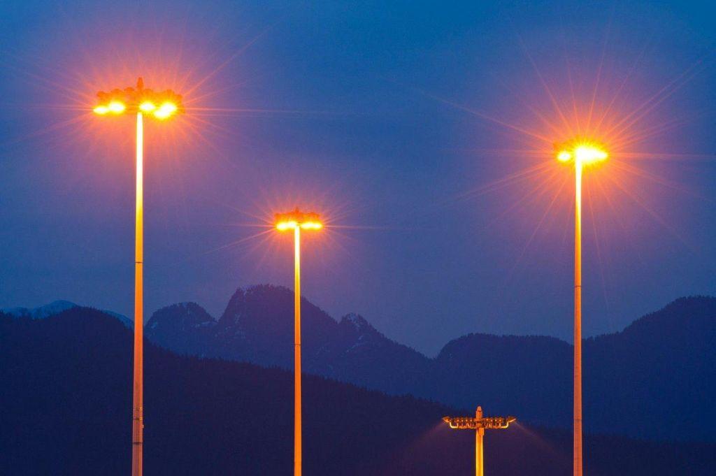 Nezasenčena svetilka povzroča onesnaženje tudi v krajih, oddaljenih do 200 kilometrov. Izkazuje se, da so metalhalogenidne in LED sijalke prava katastrofa za okolje, saj povzročajo od 250 % do 600 % več svetlobnega onesnaženja kot visokotlačne natrijeve sijalke. Oboje poleg tega pomenijo resno grožnjo varnosti v cestnem prometu zaradi bleščanja, ogrožajo biodiverziteto ter so potencialno kancerogene.