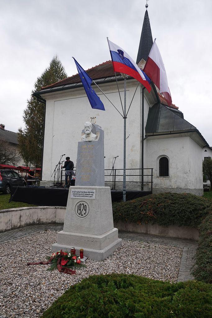 Cvetlični aranžma Društva Simon Jenko Temnica ob spomeniku Simonu Jenku