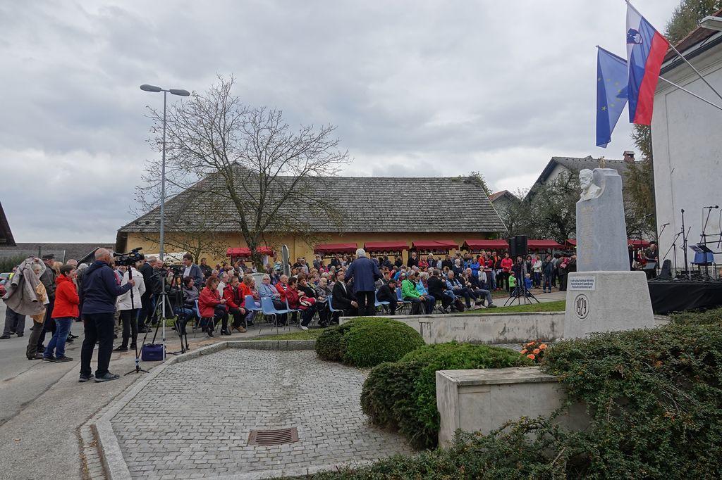 Občinstvo, zbrano na proslavi v Podreči
