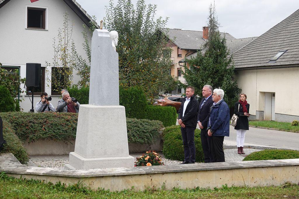 Polaganje venca pred spomenikom Simonu Jenku