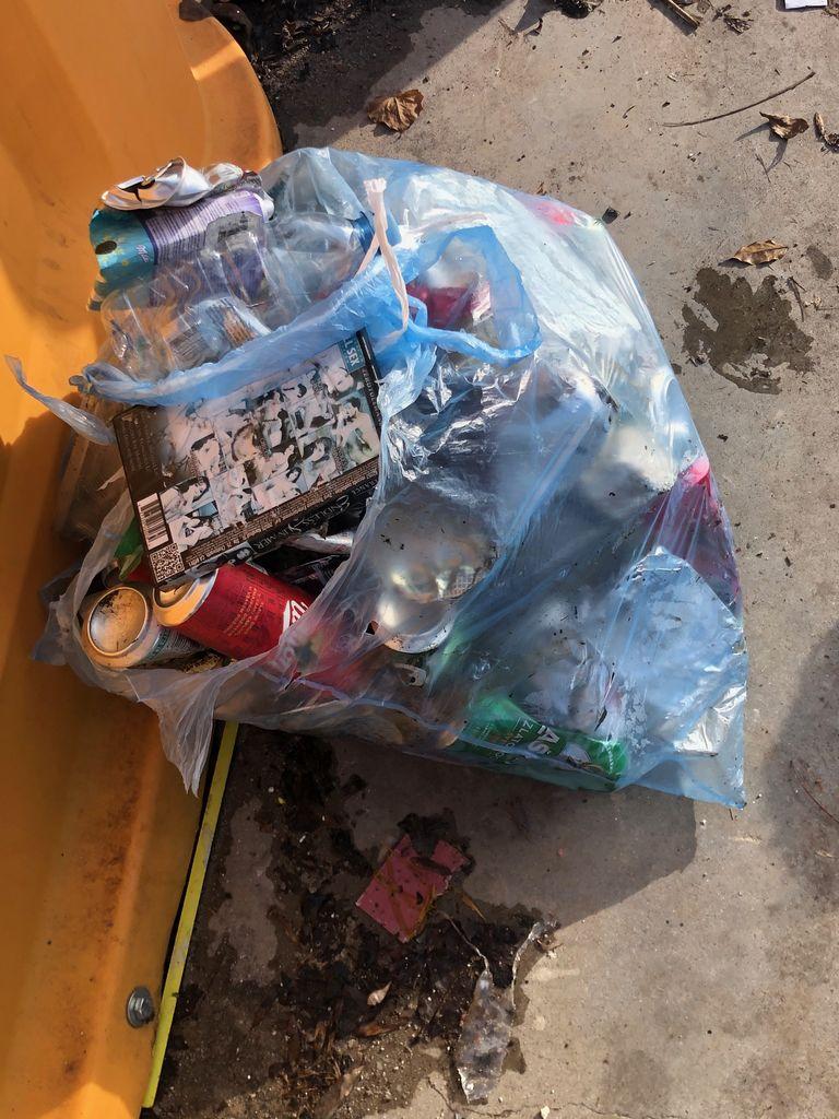 Vreča odpadkov se je trgala od prenapolnjenosti