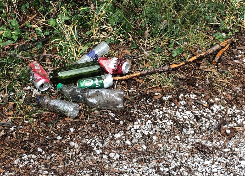 Kup odpadkov na divjem parkirišču le 20 m od koša za odpadke
