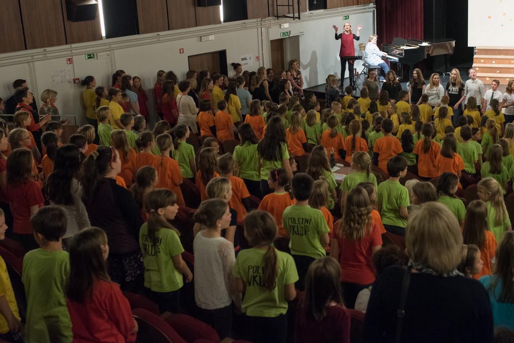 352 pevcev zapoje skupaj pesem Če si srečen...in smo srečni!