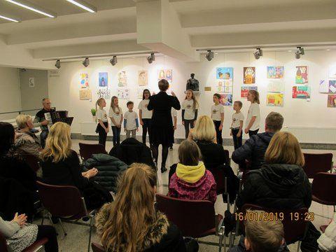 Otroški pevski zbor Mlada Mavrica z zborovodkinjo Darinko Fabiani