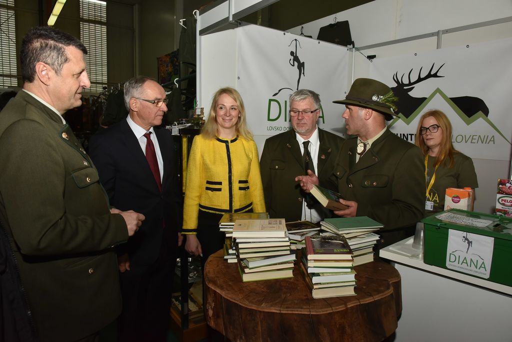 V dobrodelne namene Kosovi podarili 36 kar lovskih knjig
