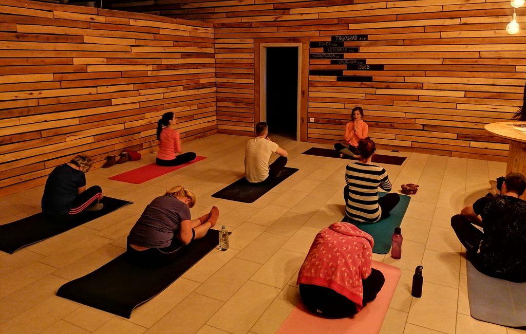 JOGA za krepitev hrbtenice-pridruži se nam! - Neyna Yoga