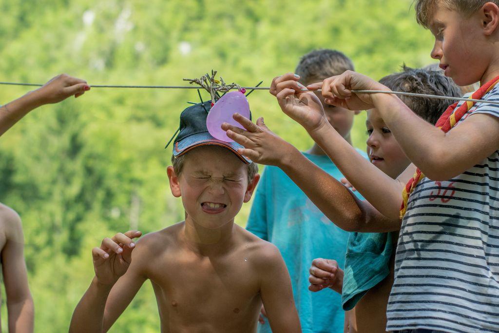 pokanje vodnih balončkov z žeblji