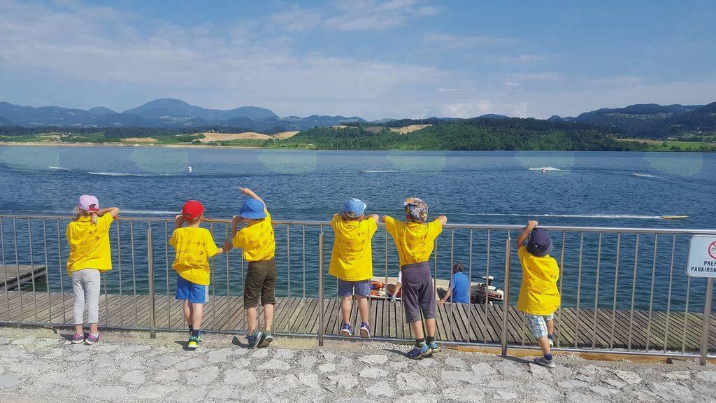 Naši najmlajši taborniki ob pogledu na jezero.