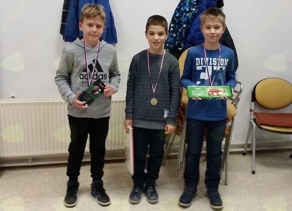 Miha Šlibar iz preddvorskega šahovskega krožka, zmagovalec v svoji kategoriji na Medobčinskem prvenstvu osnovnih šol