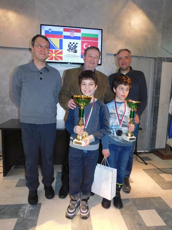 Najboljša v kategoriji do 11let na balkanskem prvenstvu Miha in Luka Šlibar z očetom in mentorjem Matjažem, županom Miranom Zadnikarjem ter ravnateljem Bogdanom Sušnikom