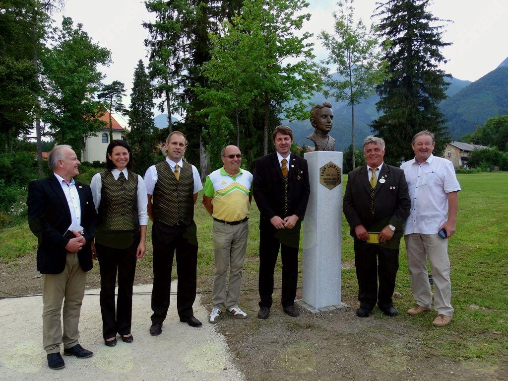 Ugledni gostje pri kipu Frana Lakmayerja