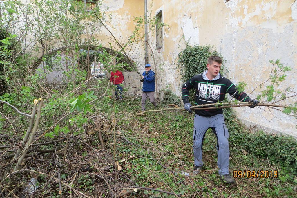 S prostovoljno akcijo KO Preddvor očistil prehod v grajski park