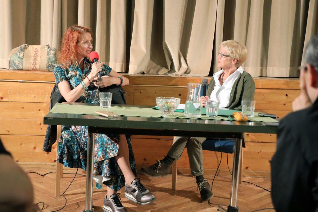 Iza Login in Ivka Sodnik na pogovornem večeru v Preddvoru, foto: Tina Dokl, Gorenjski Glas