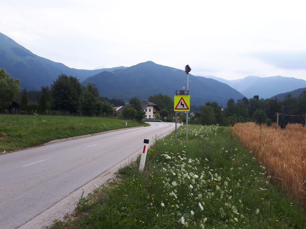 Nova prometna ureditev in opozorilo na nevaren ovinek