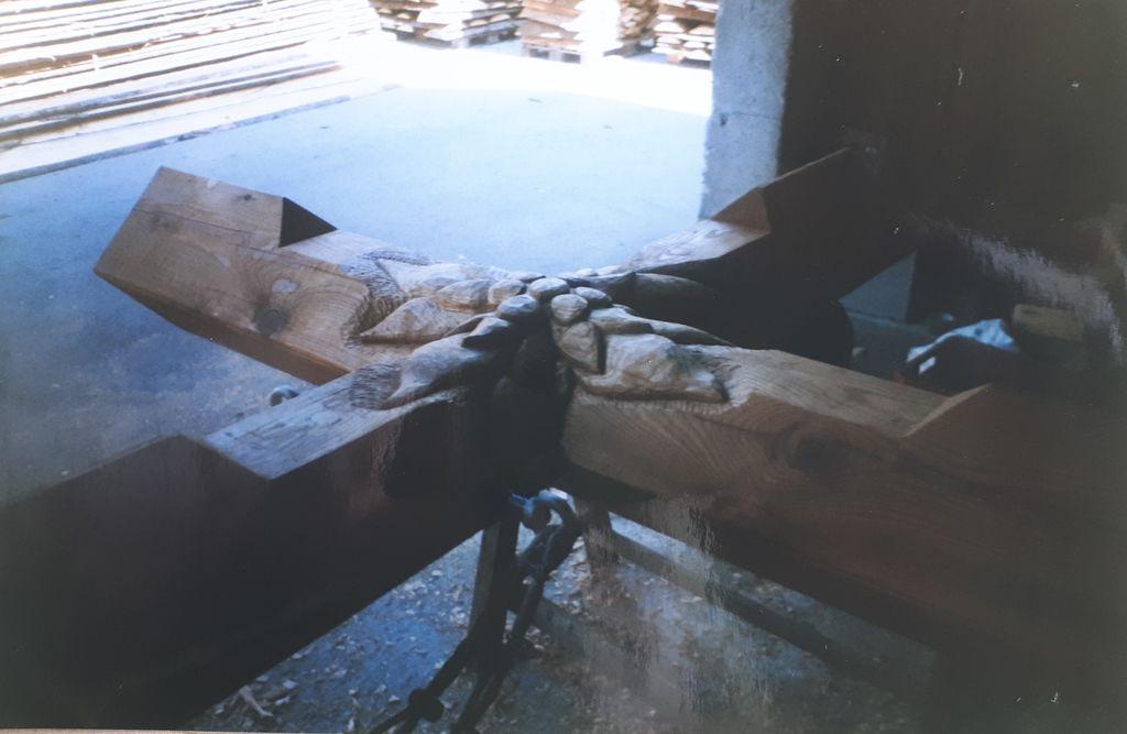V macesen izrezljana planika