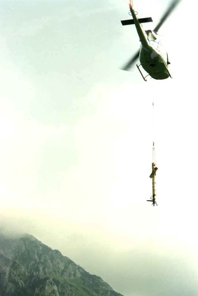 Helikopterski prevoz križa na Storžič