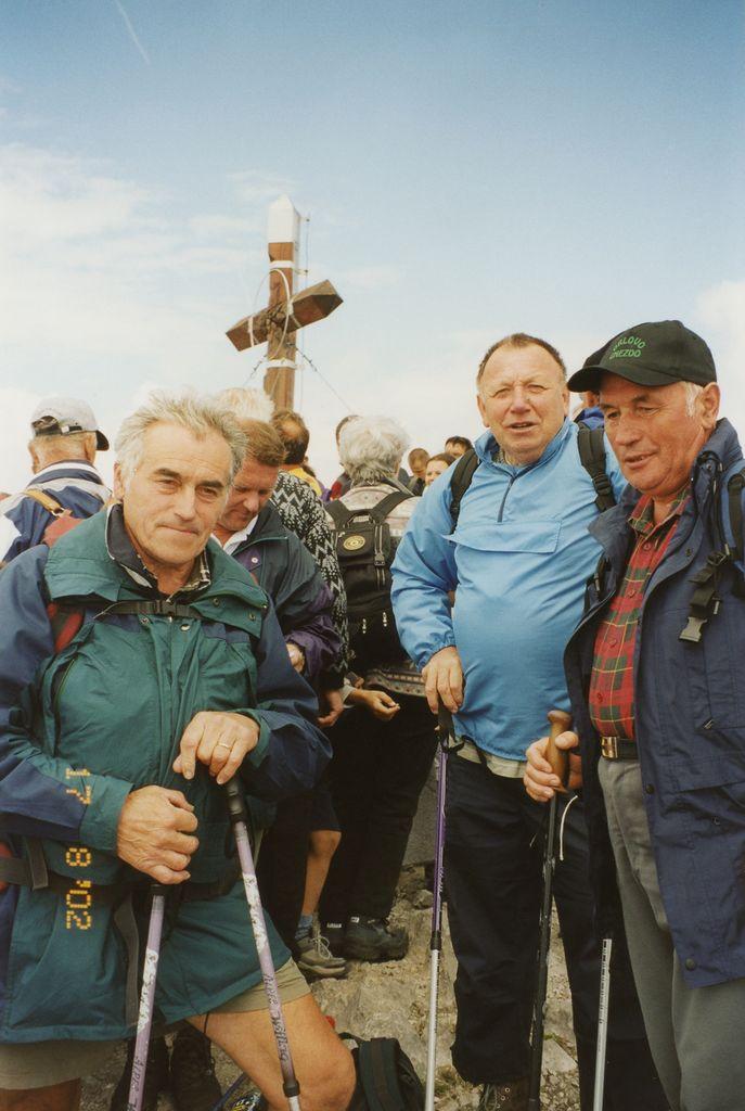 Tudi  Andrej Krč, Franci Gašperlin in Franci Cvek so sodelovali pri postavitvi križa; ponovno so se zbrali ob njem leta 2002