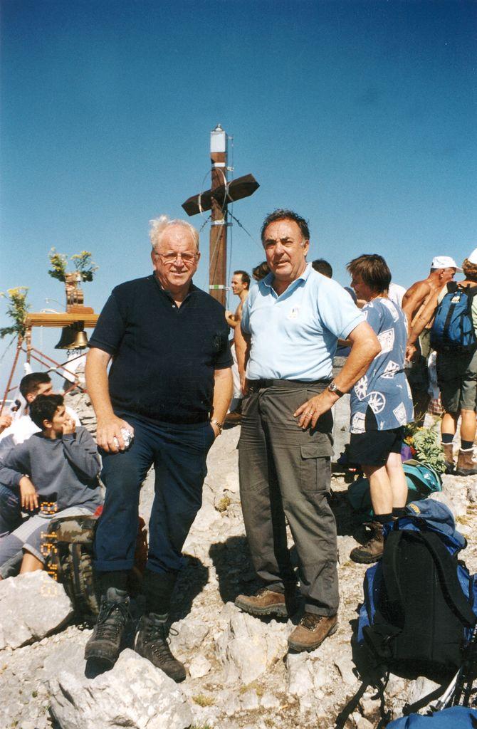 2008: Dr. Janez Gril, direktor in urednik  časopisa Družina, aktivni planinec odlikovan s Zlatim častnim znakom PZS; velikokrat je maševal v gorah za  umrle in ponesrečene planince in alpiniste; na fotografiji skupaj s Francijem Ekarjem