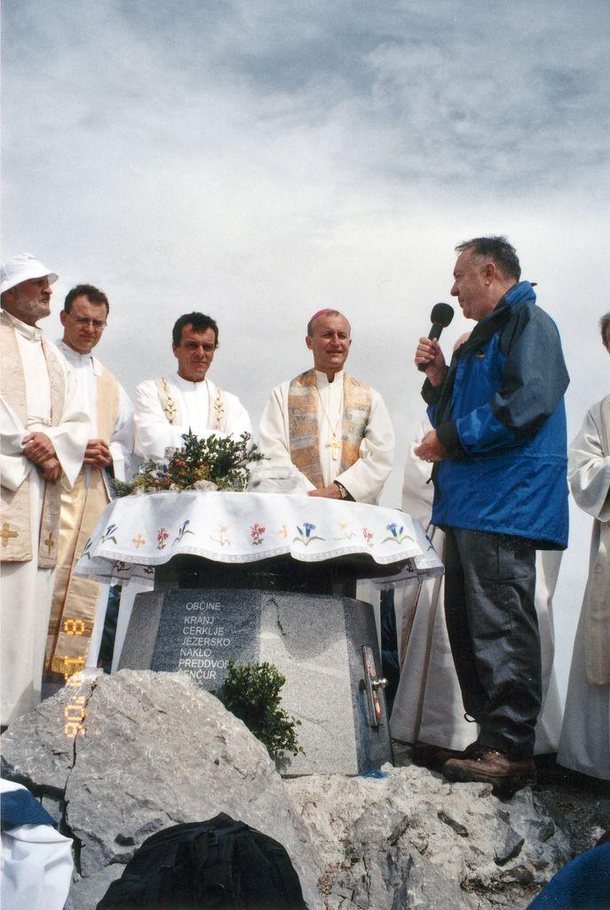 Maša 19.8. 2006:  somaševanje ob sedmi obletnici ponovne postavitve križa je vodil škof dr. Anton Jamnik, pridružilo se mu je osem duhovnikov, med njimi preddvorski župnik Miha Lavrinec in dr. Jaklič. Zbrane je pozdravil tudi preddvorski župan Franci Ekar.