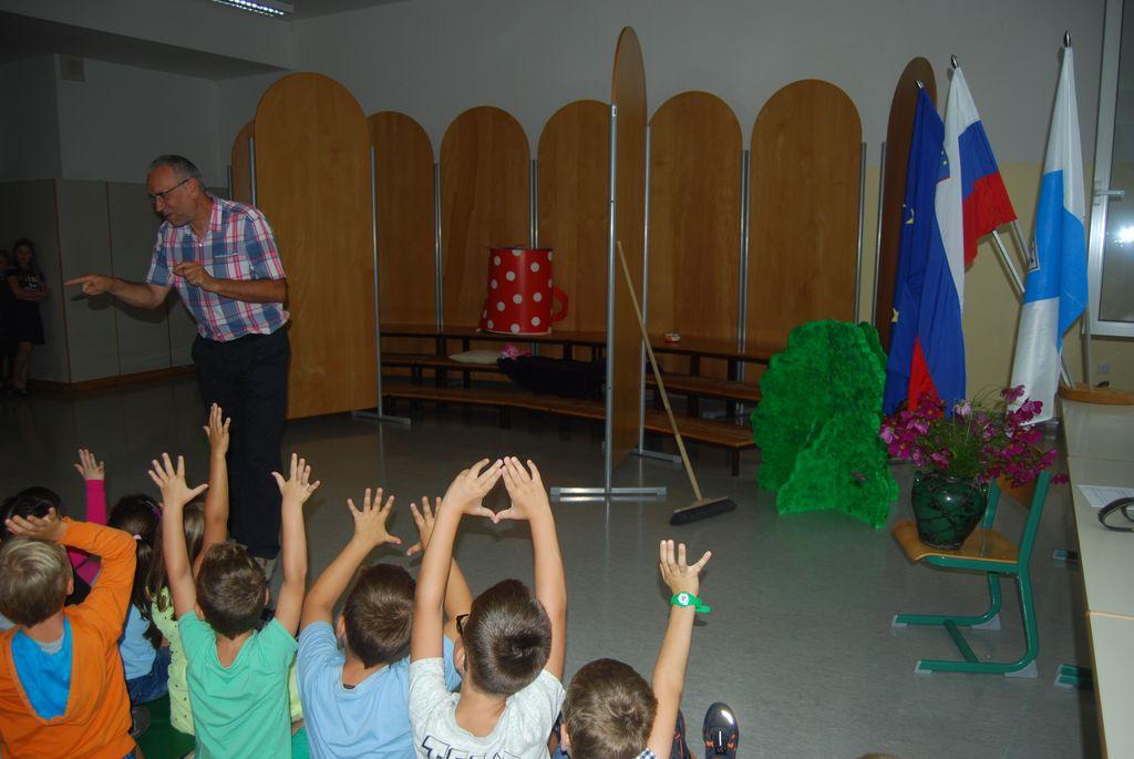 Ravnatelj Bogdan Sušnik sprašuje prvošolčke, za koliko radi so prišli v šolo.