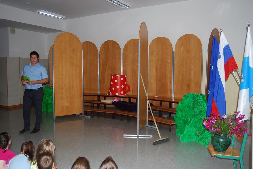 Župan je šolarčkom prinesel slikanico Tatjane Štular Mravljica Sanja.